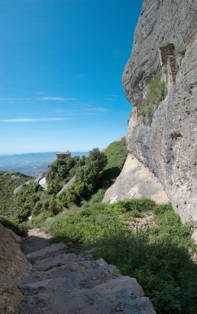 Ermita de sant Onofre penjada a la roca. Les escales d'accés i l'hort de l'ermita.